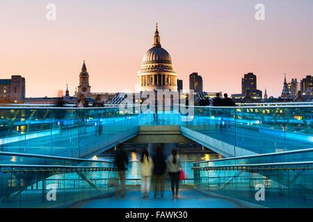 London, Millennium Bridge in der Dämmerung - Stockfoto