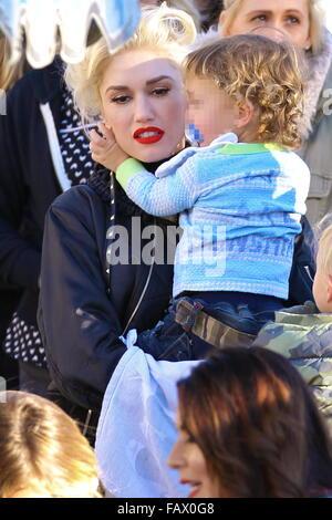 Gwen Stefani nimmt ihre drei Söhne zum Disneyland Park in Anaheim, Kalifornien. Gwen sah super Glam, trägt eine - Stockfoto