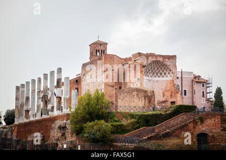 Kirchengebäude mit einer Reihe von Spalten; Rom, Italien - Stockfoto