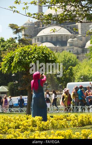 Frau, Handy-Bild von der blauen Moschee; Istanbul, Türkei - Stockfoto