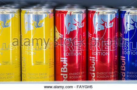 Red Bull Kühlschrank Verkaufen : Eine anzeige von red bull dosen in einem kühlenden regal im