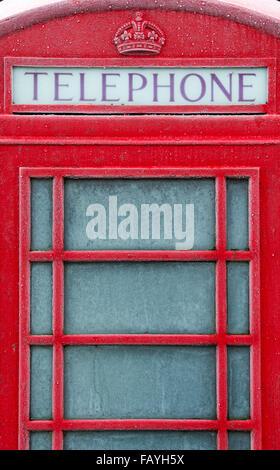Alte rote Telefonzelle in Frost bedeckt. Großbritannien - Stockfoto