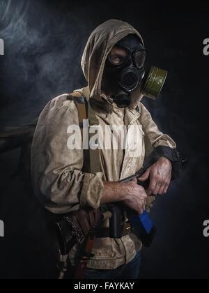 Bewaffneter Mann in Schutzmaske. Stalker. Post-apokalyptischen Fiktion - Stockfoto