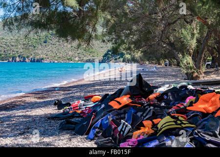 Leinen Sie los Schwimmwesten häuften sich am Strand von Flüchtlingen, die Landung auf der Insel Lesbos nach Kreuzung - Stockfoto