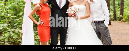 Braut und Bräutigam feiern mit Gästen - Stockfoto