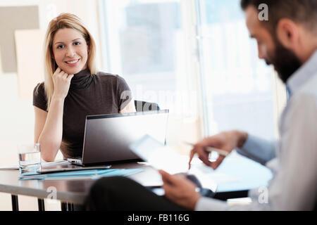 Mann und Frau, die im Büro arbeiten - Stockfoto