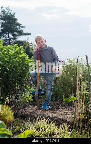 Porträt eines jungen Graben im Bio-Garten - Stockfoto