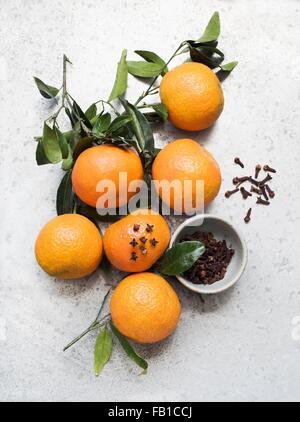 lebensmittel obst orangen overhead blick auf gruppe von orangen schneiden in der h lfte zeigt. Black Bedroom Furniture Sets. Home Design Ideas