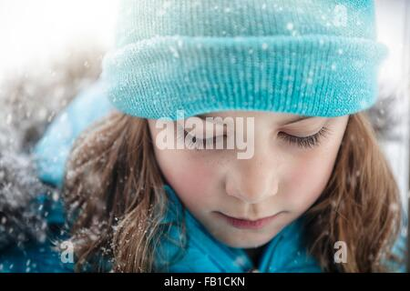 Porträt eines Mädchens tragen stricken Hut blickte, schneit hautnah - Stockfoto