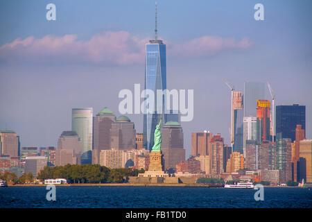 Die Freiheitsstatue auf Liberty Island im New Yorker Hafen ist One World Trade Center gegenüber aus Jersey City, - Stockfoto