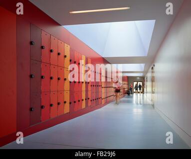 Sport Halle Korridor mit roten Spinde und Oberlichter. Godolphin & Latymer Schule, London, Vereinigtes Königreich. - Stockfoto