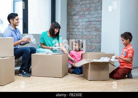 Glückliche Familie Eröffnung Boxen - Stockfoto