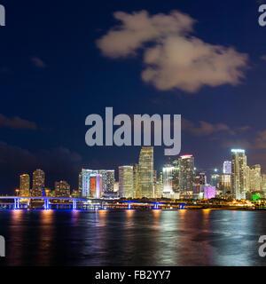 Downtown Miami Waterfront Skyline bei Nacht, Miami, Florida, USA, Nordamerika - Stockfoto