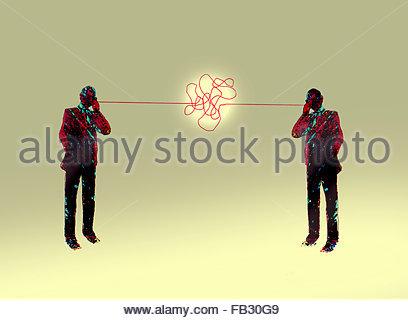Geschäftsleute sprechen auf dem Handy und verworrenen Kommunikationsprobleme durch die verschlungenen Linien - Stockfoto