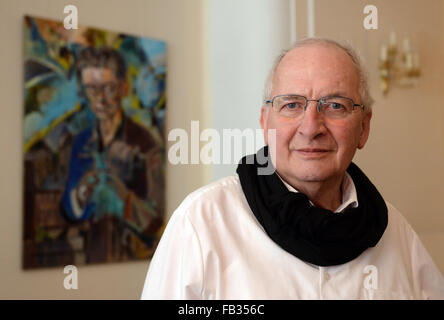 """Berlin, Deutschland. 8. Januar 2016. Tontechniker Eduard Meyer neben einem Bild """""""" OK """"Star"""" des Künstlers Wolfgang - Stockfoto"""