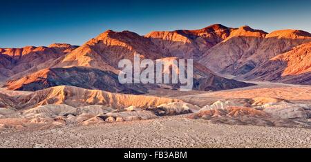 Owlshead Berge über Vertrauen Hügeln in der Mojave Wüste, Sonnenaufgang von Jubilee Pass Road, Death Valley nat - Stockfoto
