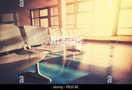 Vintage gefilterte Bild des leeren Flughafen Wartezimmer bei Sonnenaufgang. - Stockfoto