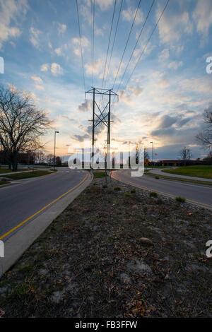 Ansicht der entgegengesetzten Richtungen ein unidirektionaler unterteilt Straße von der Teiler wie die Sonne am - Stockfoto