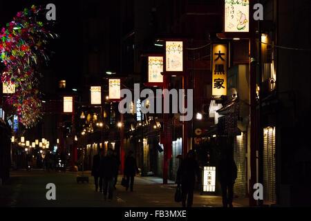 Nachtansicht der Geschäfte entlang der Straße, Tokyo, Japan - Stockfoto