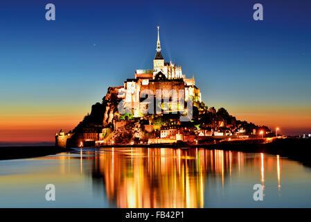 Frankreich, Normandie: Nächtliche Panoramablick von Le Mont Saint Michel - Stockfoto