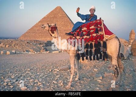 Geschmückten Kamel und seinem Fahrer warten auf Touristen, die auf kurze Fahrten in der Wüste in der Nähe der großen - Stockfoto