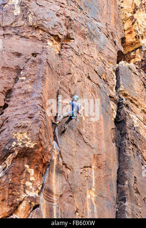 Kletterer greift in seinem Chalkbag beim Klettern Fels im Red Rock Canyon National Conservation Area, - Stockfoto