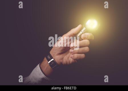 Geschäftsmann, Glühbirne, Konzept der neuen Ideen, unternehmerische Innovation und Kreativität, Retro-getönten Bild, - Stockfoto