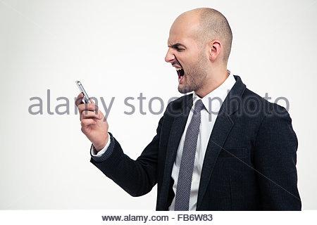 Wütend verrückt Jungunternehmer halten Handys und schreiend auf weißem Hintergrund - Stockfoto