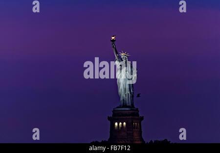 Die Freiheitsstatue befindet sich am Eingang zum Hafen von New York. - Stockfoto