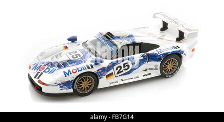 Porsche 911 GT1 auf weißem Grund, der Porsche 911 GT1 gewann die 24 Stunden von Le Mans im Jahr 1998 - Stockfoto