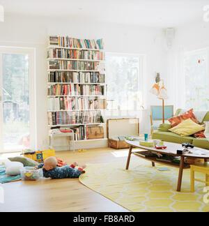 Schweden, Baby (12-17 Monate) spielen im Wohnraum - Stockfoto
