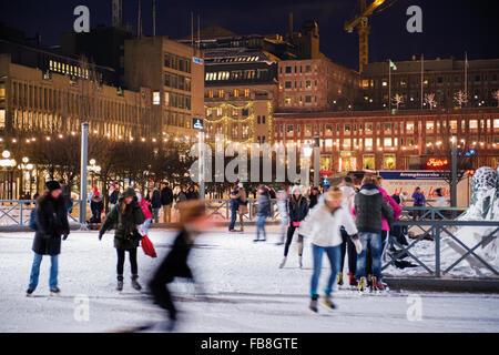 Schweden, Stockholm, Kungstradgarden, Eisbahn in der Nacht - Stockfoto