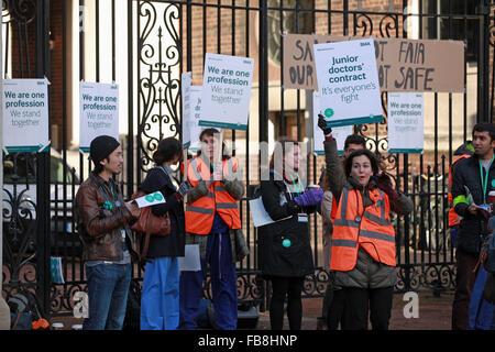 London, UK. 12. Januar 2016. Ärzte in der Ausbildung und Unterstützer auf den Streikposten Linie außerhalb St. Marys - Stockfoto