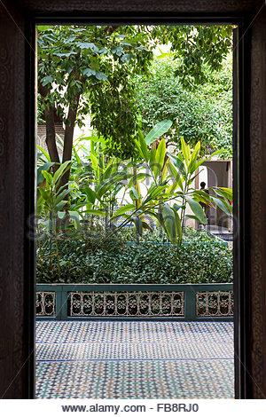 """Blick durch die Tür zu Zimmer """"garden"""", Atrium, mit traditionellen marokkanischen Fliesenboden, im Palais Bahia, - Stockfoto"""