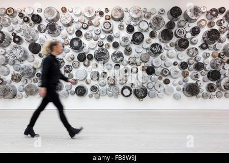 London, UK. 12. Januar 2016. Untitled (Food For Thought Serie) 2015, 233 verbrannt Aluminium Kochtöpfe, Künstlerin - Stockfoto