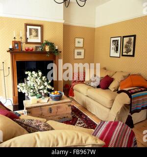 Cremefarbene Sofas Gestapelt Mit Kissen In Ein Kleines Wohnzimmer Beige Einer Kiefer Brust Verwendet Als