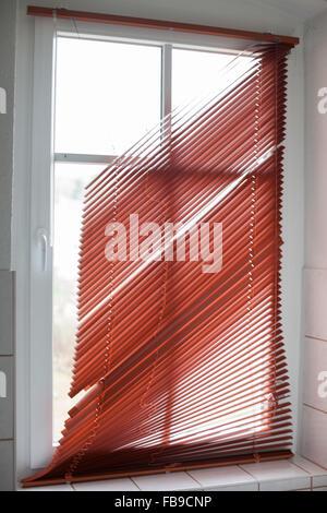 Gebrochene rotes Fenster Jalousien in einem Badezimmer - Stockfoto