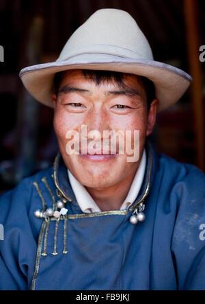Ein Hirte in einem mongolischen Ger (Jurte) Zelt in der Gobi-Wüste, Mongolei. - Stockfoto