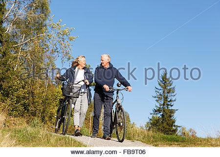 Schweden, Sodermanland, Mann und Frau zu Fuß mit dem Fahrrad - Stockfoto