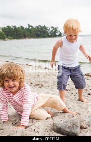 Schweden, Sodermanland, Stockholmer Schären, Musko, Mädchen (4-5) und junge (4-5) am Strand - Stockfoto