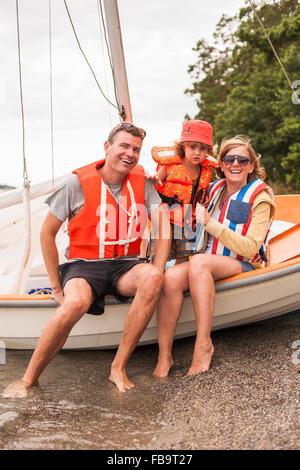 Schweden, Sodermanland, Stockholmer Schären, Musko, Familie mit Kind (4-5) tragen Schwimmwesten Segelboot - Stockfoto