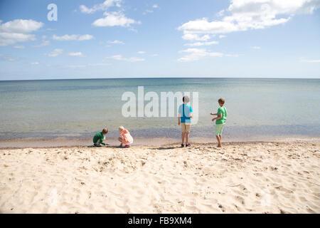 Schweden, Skane, Osterlen, Stenshuvud, Kinder (8-9, 10-11, 12-13) spielen am Strand - Stockfoto