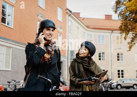 Schweden, Uppland, Stockholm, Vasastan, Rodabergsbrinken, zwei Menschen stehen mit Fahrrädern im freien - Stockfoto