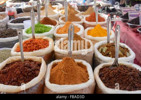 Indische Gewürze zum Verkauf an Mapusas lebhaften Freitagsmarkt, Mapusa, Nord-Goa, Indien - Stockfoto