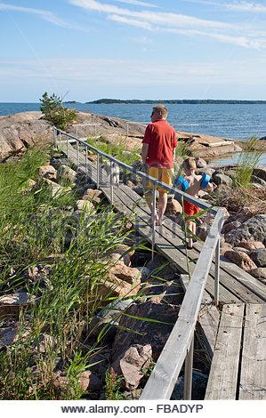 Finnland, Uusimaa, Inkoo, Mann und junge zu Fuß auf der Promenade - Stockfoto