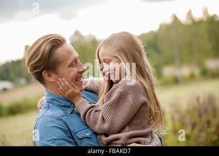 Finnland, Uusimaa, Raseborg, Karjaa Vater mit seiner Tochter (6-7) kleben - Stockfoto