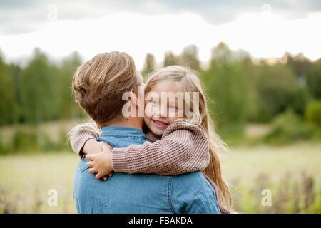 Finnland, Uusimaa, Raseborg, Karjaa, junges Mädchen (6-7) ihr Vater umarmt - Stockfoto
