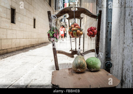 La Credenza Bari : Italien apulien bari leben auf der straße frauen machen nudeln