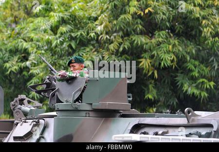 Jakarta, Indonesien. 14. Januar 2016. Ein spezieller Polizist bewacht am Standort Explosion in Jakarta, Indonesien, - Stockfoto