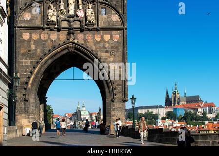 Die alte Stadtbrücke Turm nach Westen in Richtung Karlsbrücke und Little Quarter, Prag, Tschechische Republik - Stockfoto